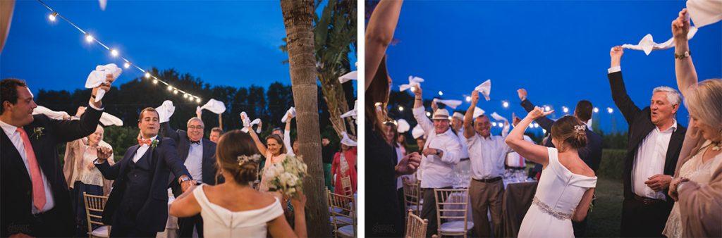 Entrada de los novios en una boda al aire libre